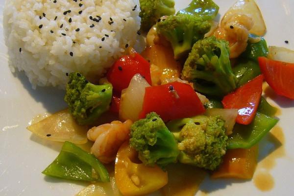 西兰花炒海虾配米饭的做法