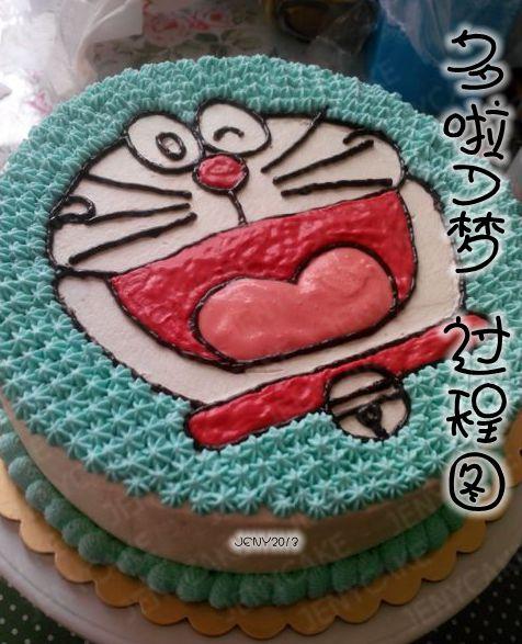 图解 多啦 生日蛋糕/1. 500克淡奶油加入白砂糖,用电动打蛋器打发,在戚风蛋糕上...