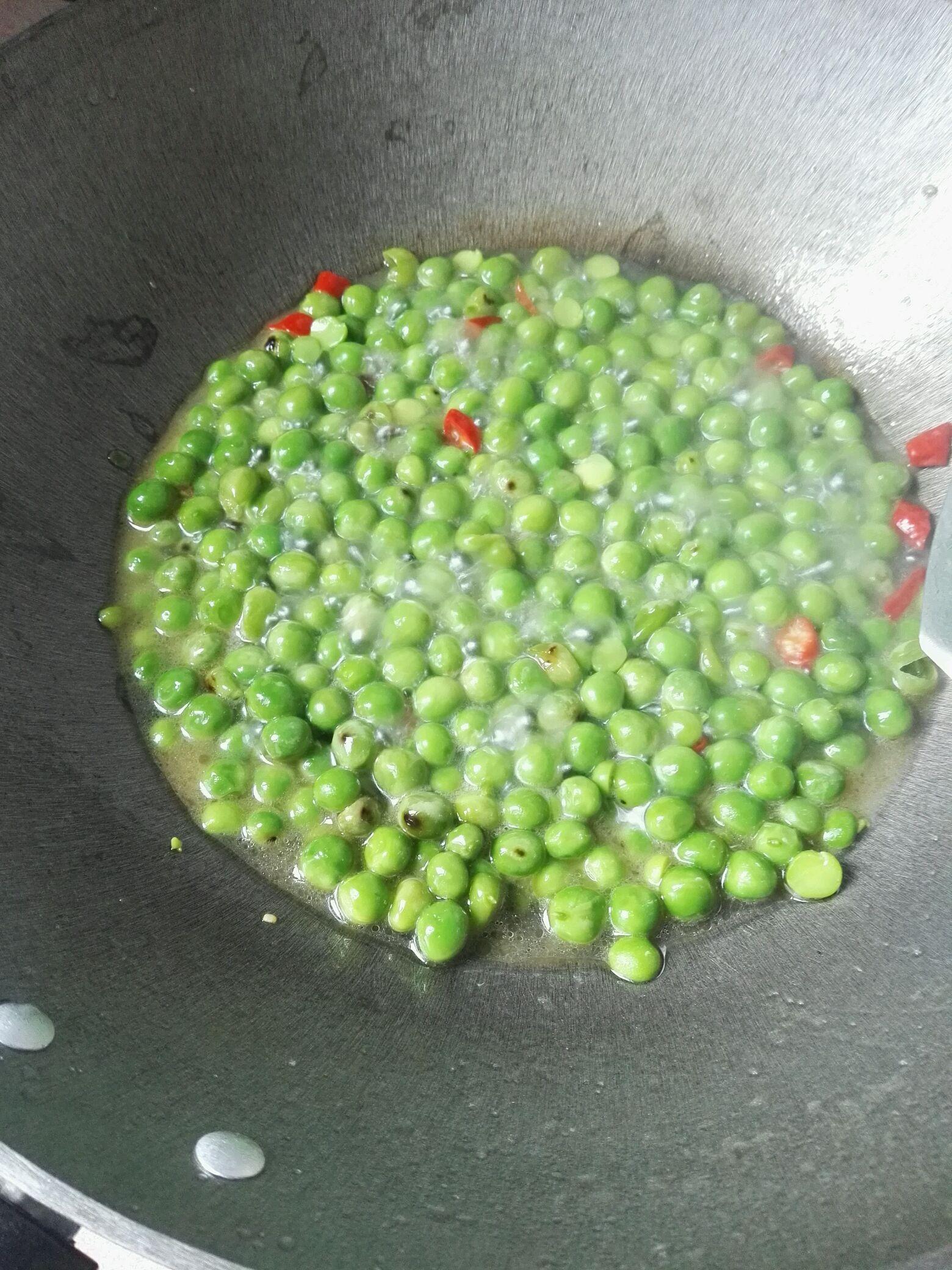 豌豆炒鸡蛋的做法图解3