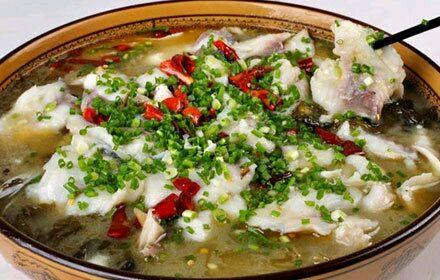 冲油适量 泡椒 干辣椒 红胖子鱼料 熟剁椒 酸菜鱼的做法步骤 1.