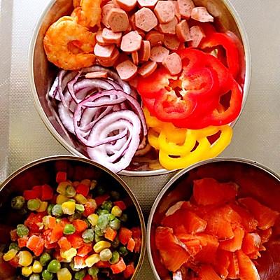 三文鱼切片少于盐腌制十分钟.彩椒大虾切圈.蔬菜丁和洋葱过水焯熟.泰国香米哪种好6图片