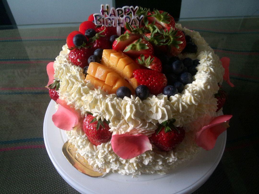 蓝莓看情况大概30颗 草莓12个 小番茄2个 裱花奶油蛋糕的做法步骤 3.