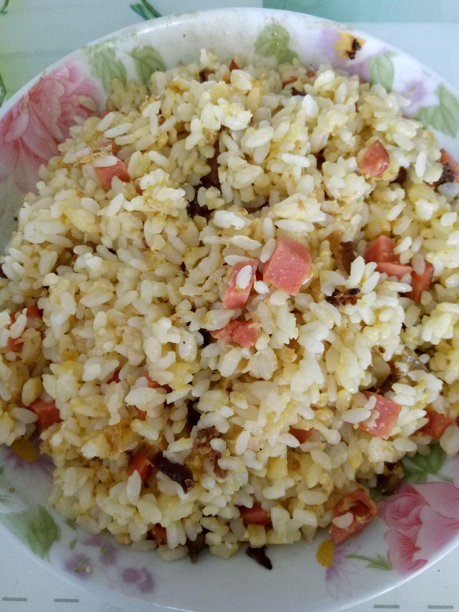 主料 鸡蛋两个 米饭适量 盐适量 火腿肠一根 蛋炒饭的做法步骤