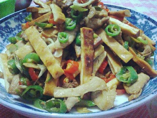 """香菜拌熏干-久吃不厌的""""素火腿""""的做法"""