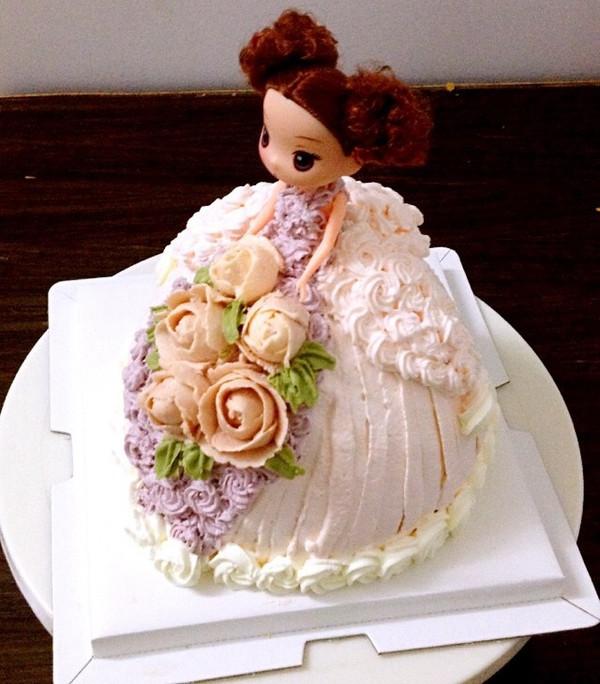 第三位小公主登场[玫瑰]捧花给一位小千金祝福:周岁快乐,身体健康
