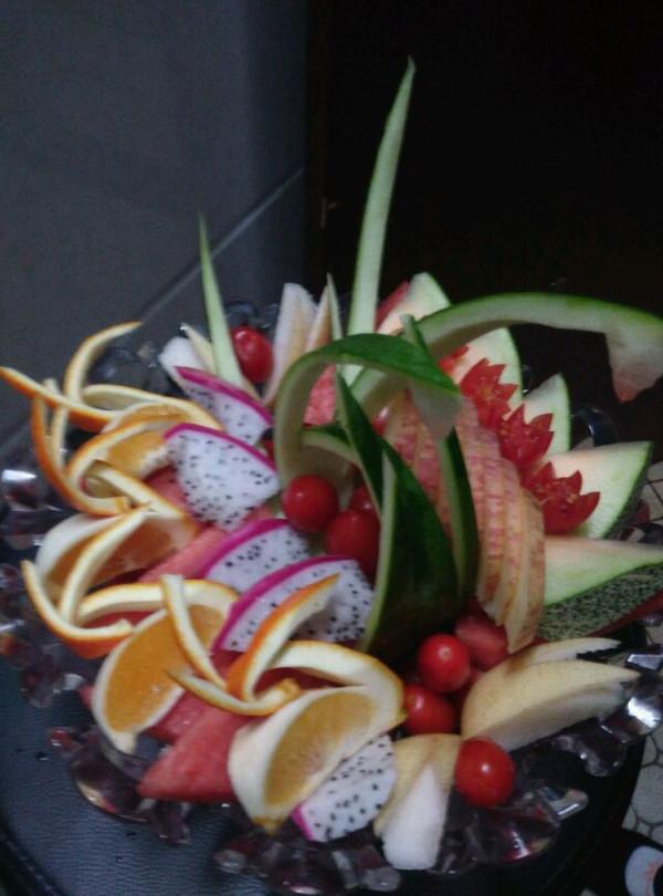 柚木雕花落地果盘图片