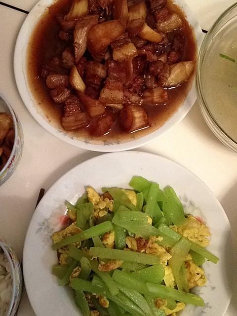 黄酒和糖是江浙人烧茭白不可缺少的调料---茭白烧肉的做法