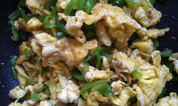 简单的辣椒炒鸡蛋的做法