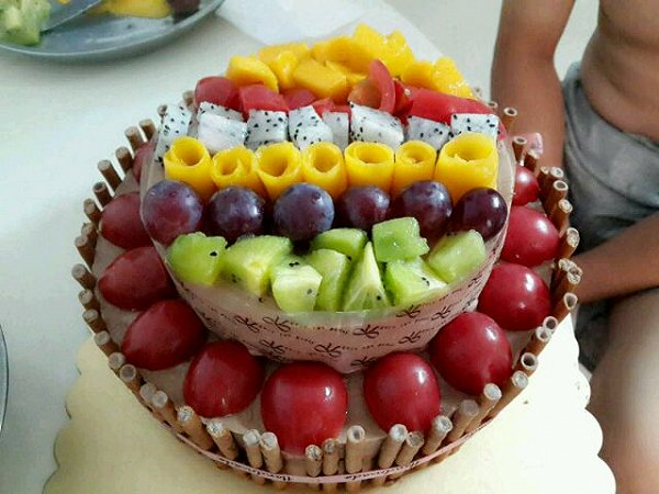 给宝宝做的五岁生日蛋糕 拿到幼儿园和小朋友一起分享(^_-)