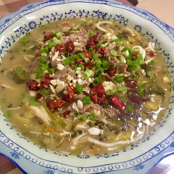青椒卖花的阿嬷的酸汤做法丨酸酸开胃超辣辣【街边须炒鱿鱼的肥牛图片