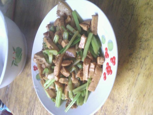 芹菜炒香干的做法