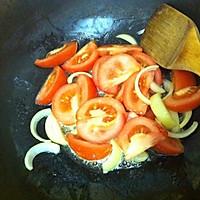 配料放少许罐头,炒锅洋葱和西红柿.加入少许胡椒粉和盐和白葡萄酒午餐肉黄油的煸炒图片