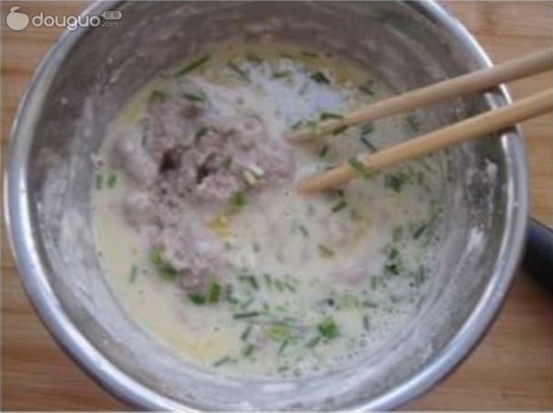 营养的早餐,就用补脑的核桃,美白养颜的薏仁,搭配一把大米,两把黄豆,浸泡一夜,用20分钟,为自己做一杯美味浓豆浆吧!剩下的豆渣可千万别丢弃,包含着核桃和薏仁的精华。打入一个鸡蛋,放点儿小葱,先用水把面粉稀释了,再把豆渣放进去一起搅拌,然后煎成饼,如果有蔬菜,比如丝瓜切丝,胡萝卜切丝,再或者西葫芦什么的切丝一块儿做煎饼就更完美了。