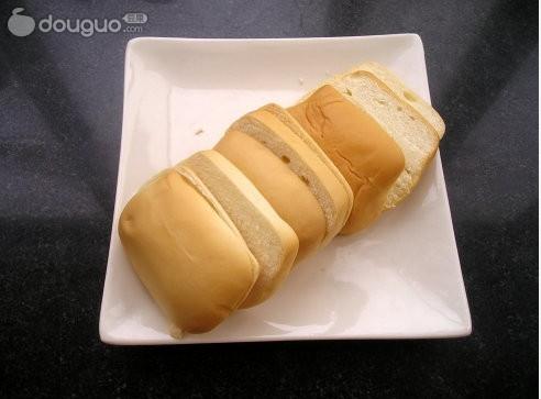 芝士片 火腿片 辅料  沙拉酱适量 法式小面包的做法步骤 2.